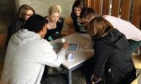Lernende der Berufsschule sind im Gespräch mit Migranten, Asylsuchenden und Flüchtlingen.